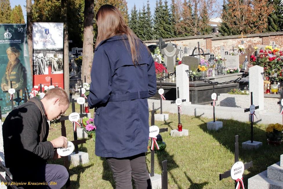 Ceremonia umocowania tabliczek do krzyży w kwaterze legionowej cmentarza w Nowym Targu. (Foto: Zbigniew Krauzowicz)